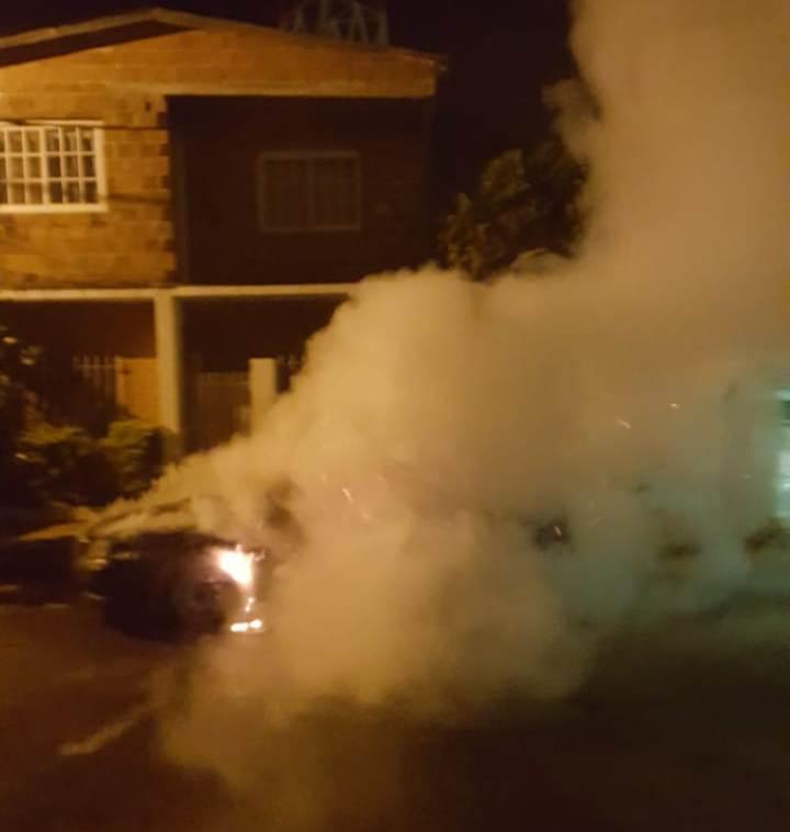 Susto: salió ileso tras incendiarse su auto