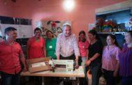 """Passalacqua visitó el taller de """"Lanas de Misiones"""" en Profundidad y entregó una máquina de coser"""